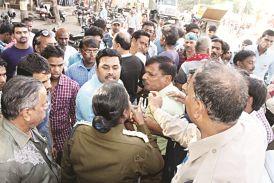निगम कर्मियों ने दुकानदार को पीटा, डीएसपी से भिड़े पार्षद, कहा-नेता हूं तो नेतागीरी करूंगा