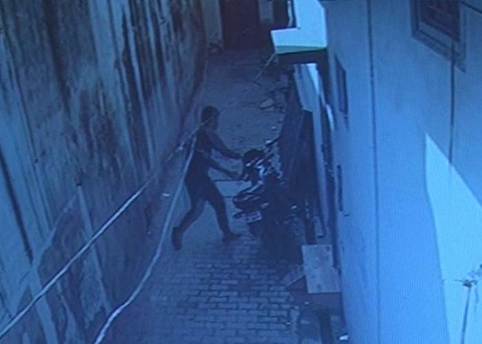 CCTV में कैद हुआ बाइक चोरी का फुटेज, चोरी का तरीका देखकर आप हो जाएंगे हैरान