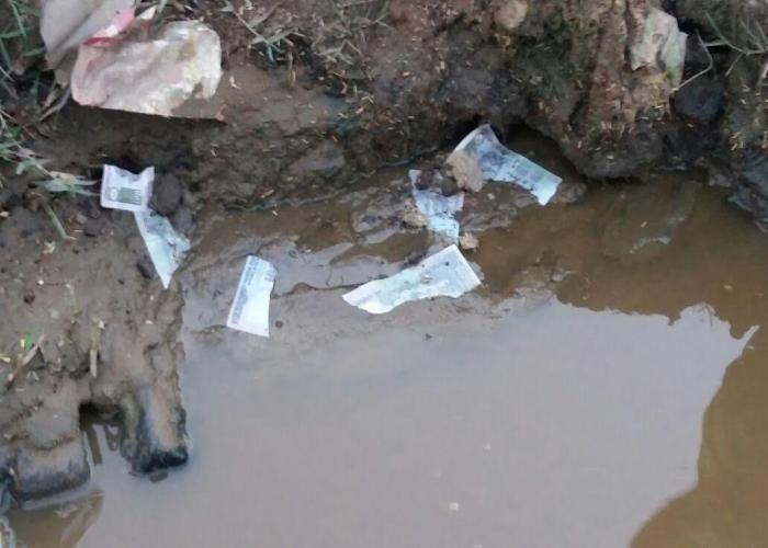 नाले में मिली 100 के नोटों से भरी बोरी, लूट के लिए लोगों में मची भगदड़