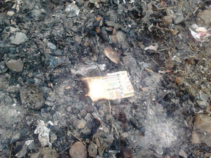 BIG BREAKING मिर्जापुर में भारी मात्रा में जलाये गए 500 और 1000 के नोट