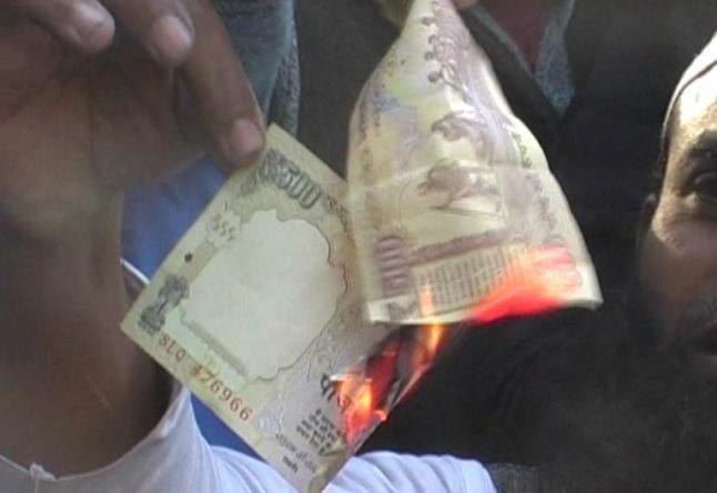 नोटबंदी के विरोध में व्यापारियों ने जलाए 500 के नोट, देखें वीडियो
