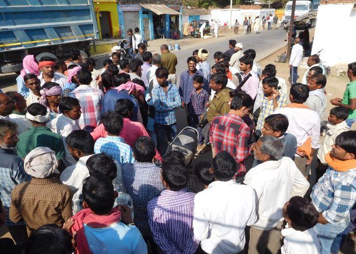 कंपनी ने काटी बिजली, सड़क पर उतरे ग्रामीणों ने दो घंटे लगाया जाम