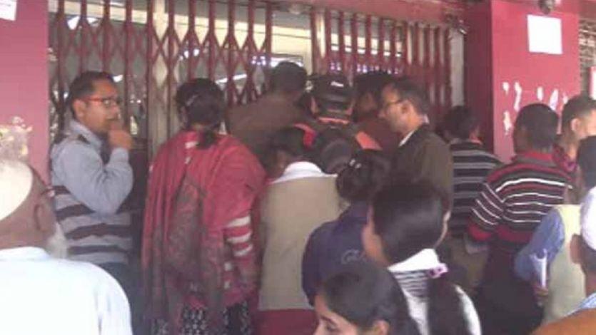 जौनपुर में कैश नहीं मिलने पर फिर भड़के लोग, बैंक में जड़ा ताला, कर्मचारियों को बनाया बंधक