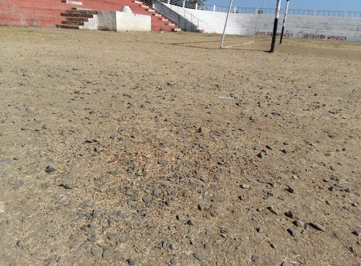 विकलांग बच्चों को पथरीले मैदान पर दौड़ाने की तैयारी