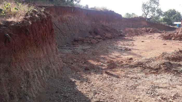 अवैध मुरम की खुदाई से सड़क निर्माण