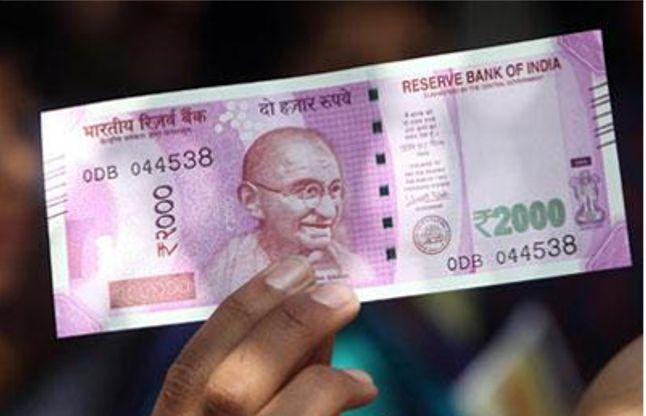 नोटबंदी में बैंक नहीं पुलिस अधिकारियों से मिल रही मदद