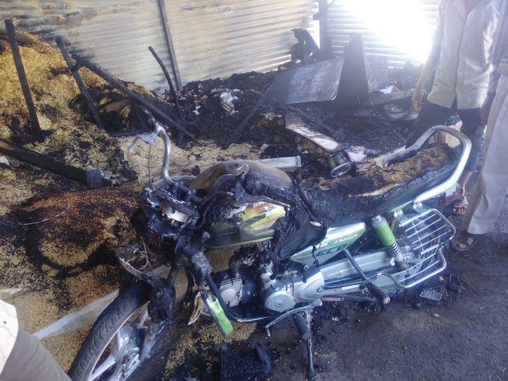 आग से दुकान-बाइक खाक, दो मवेशी भी मरे