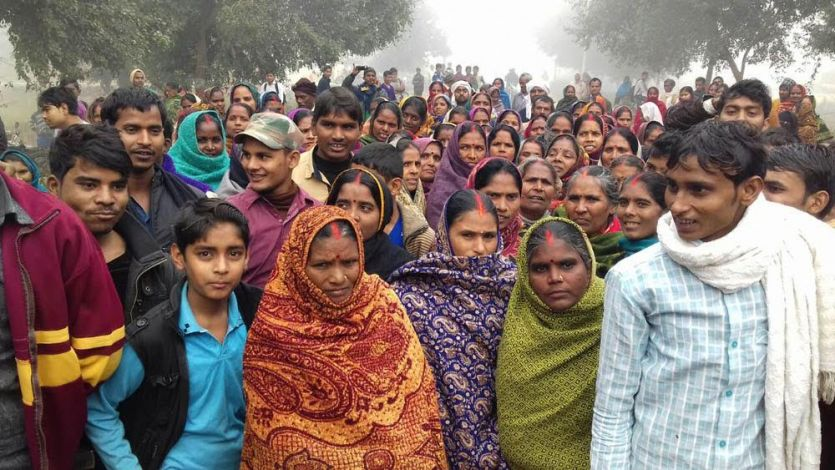 कैश न मिलने से फूटा ग्रामीणों का गुस्सा, लोगों ने सड़क पर लगाया जाम