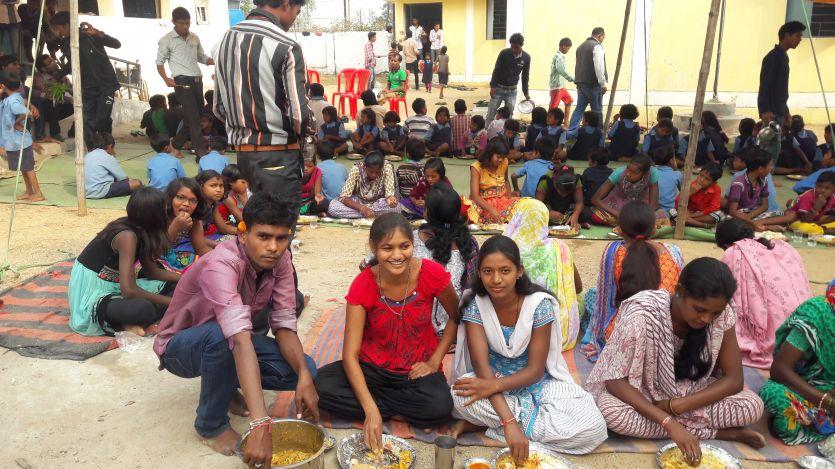 एनएसएस शिविर : जब स्वयंसेवकों को विदाई देते भावुक हुए ग्रामीण,बोले फिर आना गांव