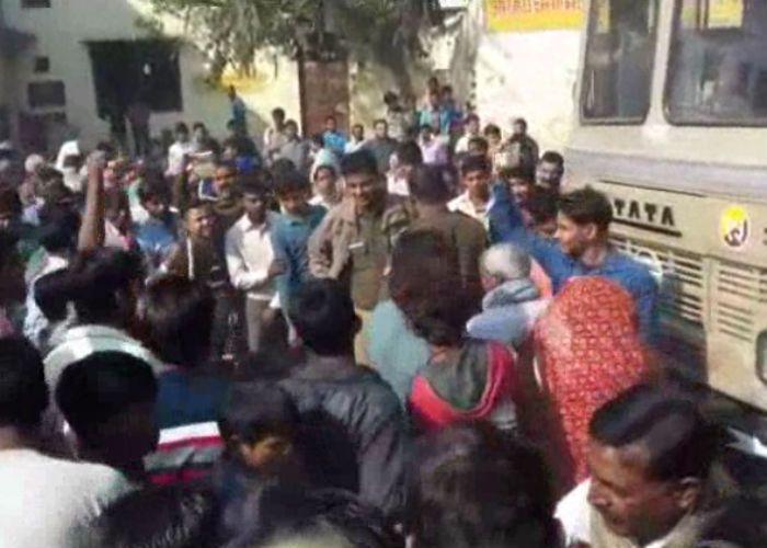 नोटबंदी : ग्रामीणों का सब्र टूटा, रोड जामकर किया प्रदर्शन