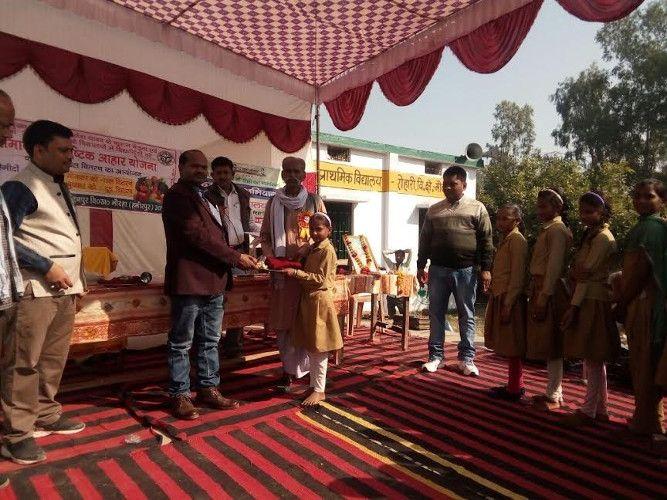 हमीरपुर में बीएसए ने छात्रों को बांटे स्वेटर, छात्र और अभिभावक हुए खुश