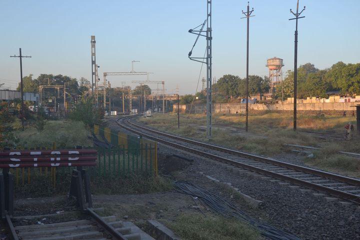 @Indian Railway- आठ सेक्शन, 33 खतरे के निशान, फिर भी तेज दौड़ रही ट्रेनें