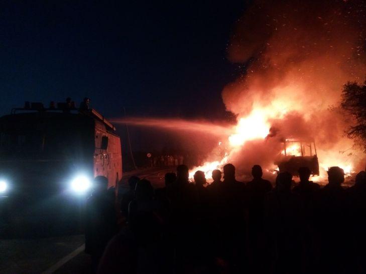 माचिस से भरे ट्रक में लगी आग, दो घंटे बंद रहा हाईवे