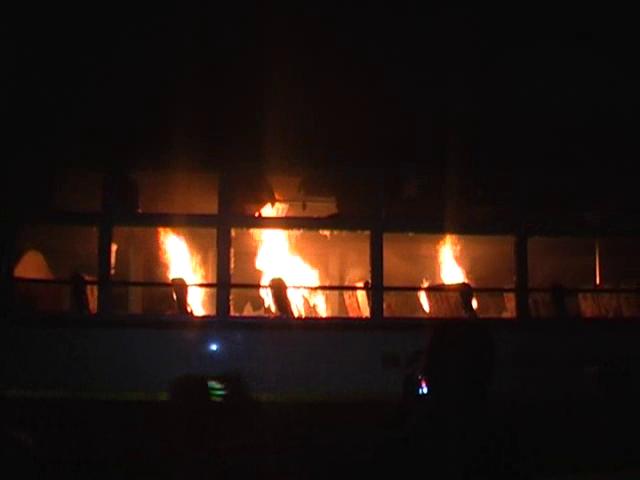 BIG BREAKING मस्जिद में घुसी बस, दंगाइयों ने पुलिस पर पथराव के बाद बस फूंकी