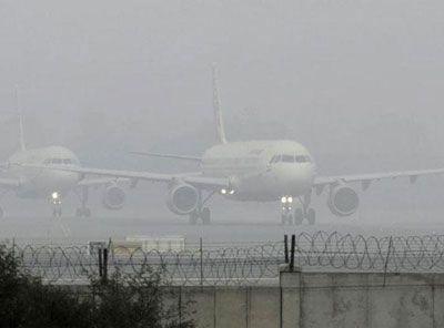 कोहरा: 14 घंटे लेट रही राजधानी एक्सप्रेस, पांच उड़ानें रद्द