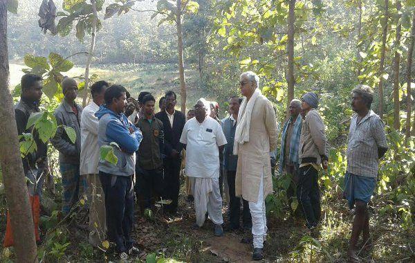 यहां के Jungle पर कब्जा करने ग्रामीणों में विवाद, सुलझाने पहुंचे 'नेता प्रतिपक्ष'