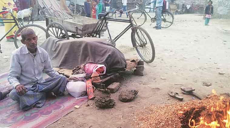अंतिम संस्कार के लिए पैसे नहीं थे तो पत्नी की लाश लेकर सड़क पर बैठा पति