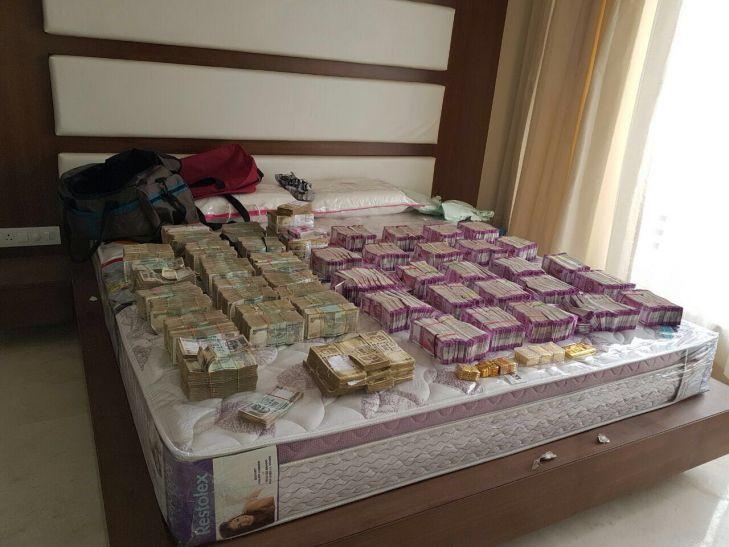 महाराष्ट्र में कार से मिले 60 लाख रुपये के नए नोट