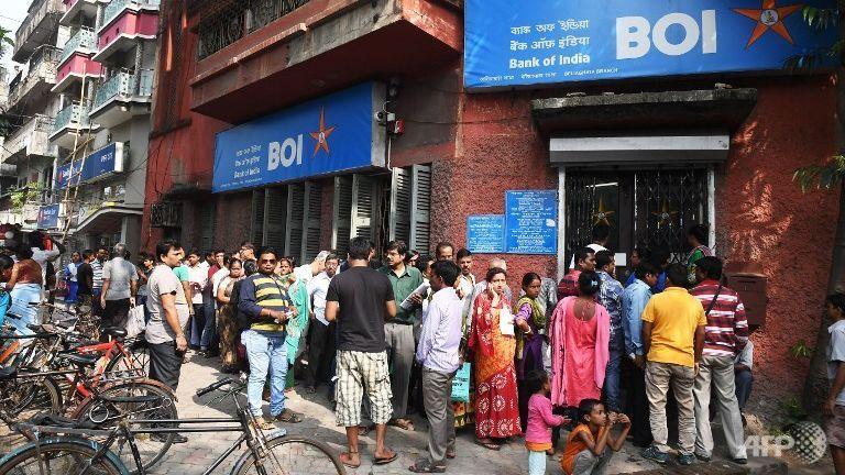 भोपाल के बैंकों में कैश पड़ गया कम, ATM हुए खाली, हजारों लोग लाइन में लगे