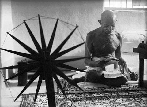 महात्मा गांधी की चरखे वाली तस्वीर 100 सबसे प्रभावशाली तस्वीरों में शामिल