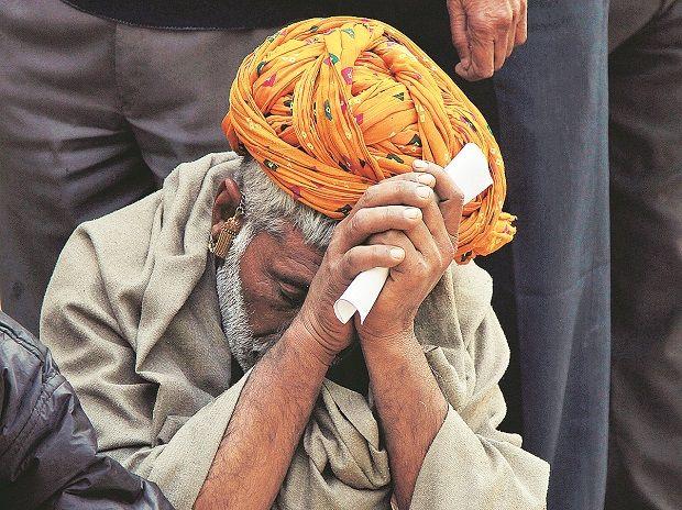 आठ दिन से बैंक की लाइन में लगे बुजुर्ग ने जब रोते हुए कहा- नहीं मिले पैसे...