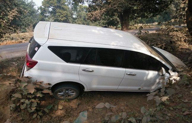 जशपुर कलक्टर प्रियंका शुक्ला बाल-बाल बचीं,गड्ढेमें जा गिरी बेकाबू कार