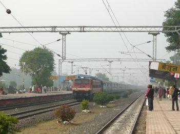 कोहरे की वजह से धीमी हुई ट्रेनों की रफ्तार