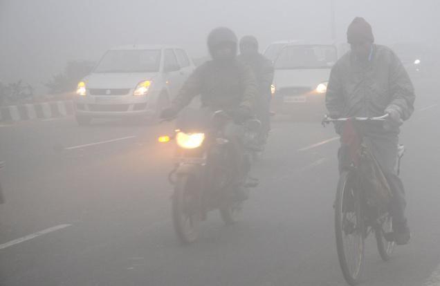 दिल्ली-NCR समेत उत्तर भारत में घना कोहरा, 50 ट्रेन लेट;विमान सेवा बाधित