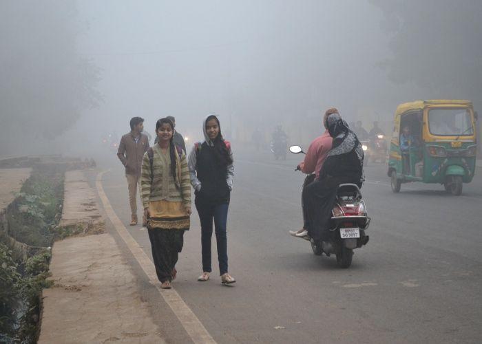 लगातार दूसरे दिन कोहरे ने ढंका शहर, VISIBILITY हुई कम, ठंडी लहर से कांपे लोग