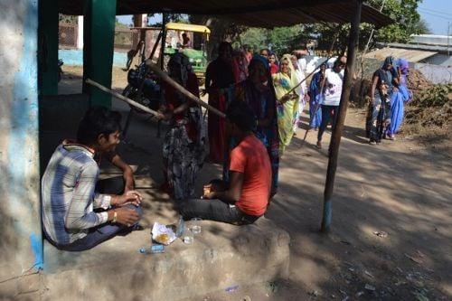 एक ऐसा गांव जहां शराबियों को लाठी लेकर दौड़ाती हैं महिलाएं