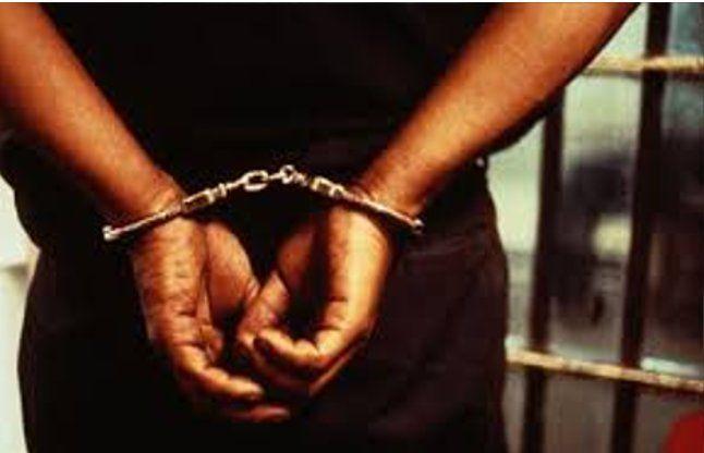 तीन कर्मचारी घूस लेते हुए गिरफ्तार