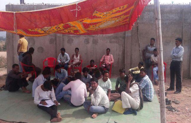 रोजगार के लिए एसकेएस के सामने धरने पर बैठे ग्रामीण