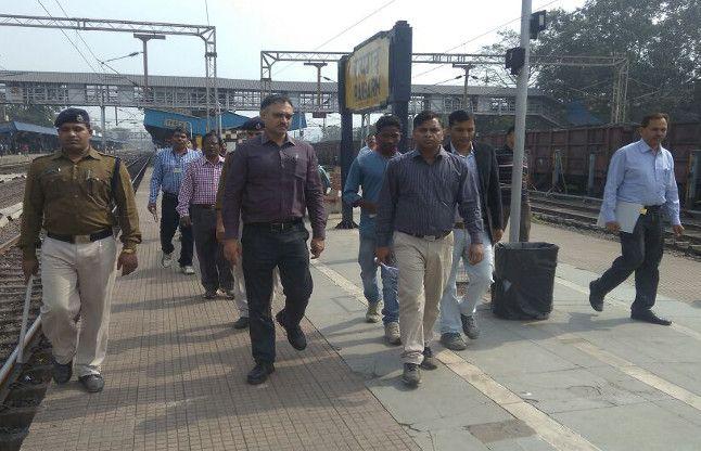 कानपुर रेल हादसा, रेल पटरियोंका जायजा लेने पहुंचे डीआरएम