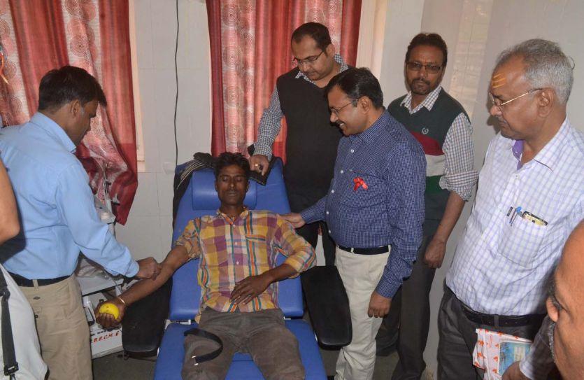 रक्त देने के लिए कतार में लगे लोग, ऐतिहासिक रक्तदान