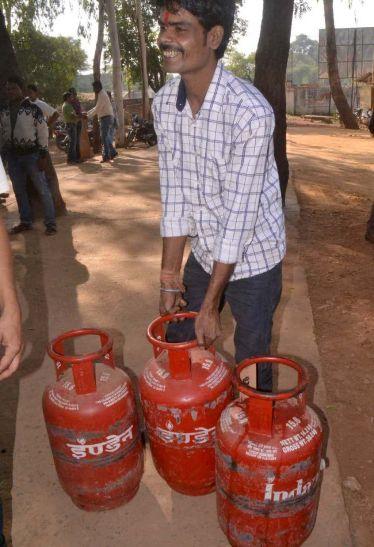 बरखेड़ी में चार घरेलू गैस सिलेंडर जब्त