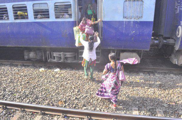 रांग साइड से चढ़ा परिवार, महिला नहीं बैठ पाई तो पति चलती ट्रेन से कूदा