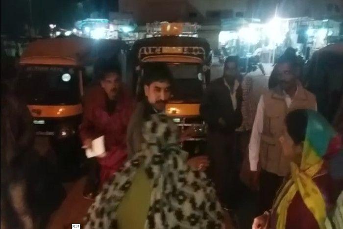 महिला Auto Driver ने लात-मुक्के से सरेआम की युवक की पिटाई- देखें Video