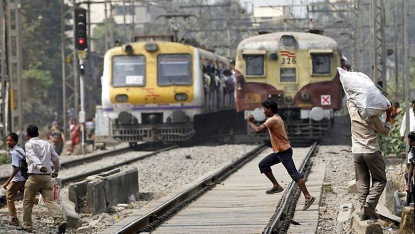 सामने आई रेलवे की बहुत बड़ी लापरवाही, खुला रहा गेट और गुजरती रहीं ट्रेनें