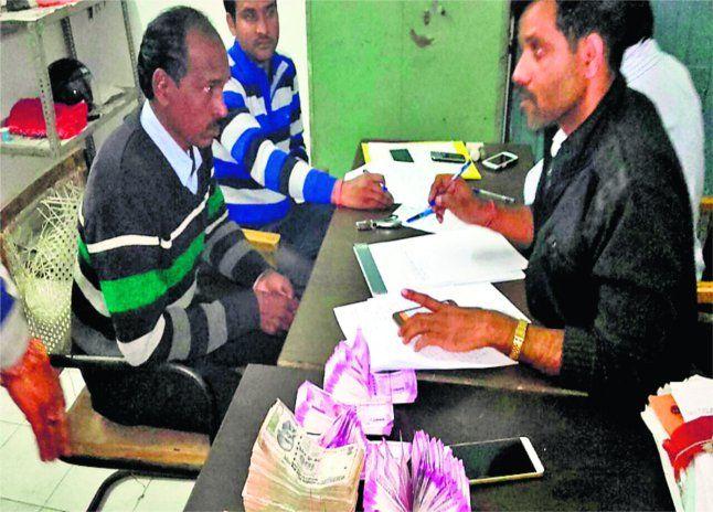 पुलिस ने पांच लोगों से 8.60 लाख रू, के नए नोट किए जब्द, बैंकों के मिले होने का शक