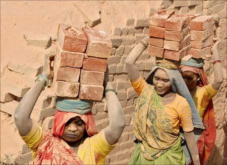 दुखद: देश में लगातार बढ़ रहे बंधुअा मजदूर, 4 हजार में 15 घंटे काम