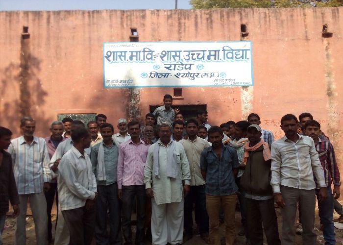 भवन की मांग को लेकर ग्रामीणों ने स्कूल में जड़ा ताला