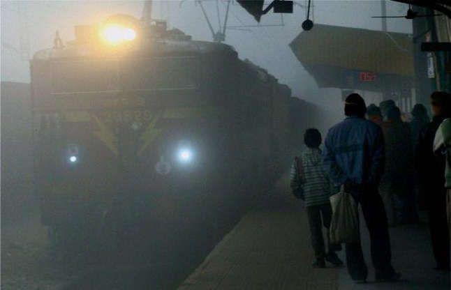 घने कोहरे का असर, हर साल सैकड़ों ट्रेनें रद्द कर देता है रेलवे