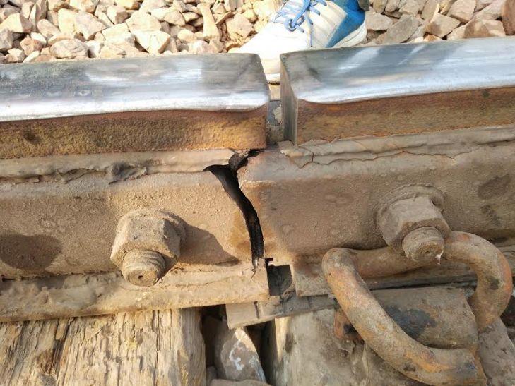 नक्सलियों ने रेल पटरी से चुराए पेनड्रॉल क्लिप