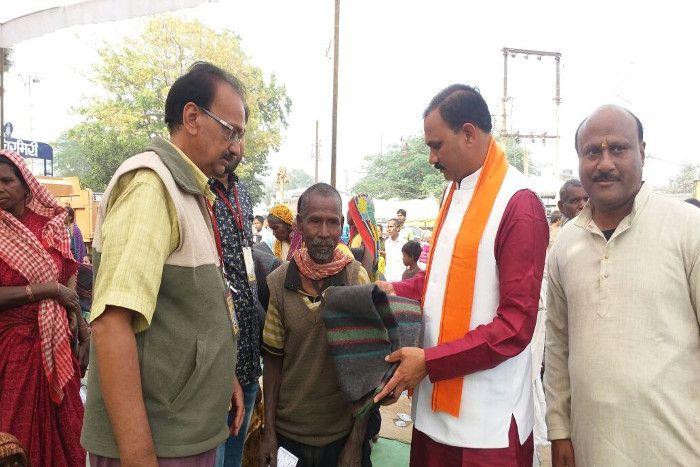 नोटबंदी के बाद BJP MLA ने कंबल में छिपा कर गरीबों में बांट दिए लाखों रुपए