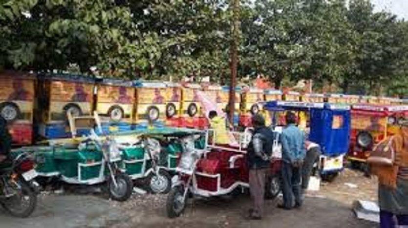 ई-रिक्शा चालकों ने प्रशासन के सामने रखी अपनी मांग, कहा पूरी न होने पर जाएंगे हाईकोर्ट