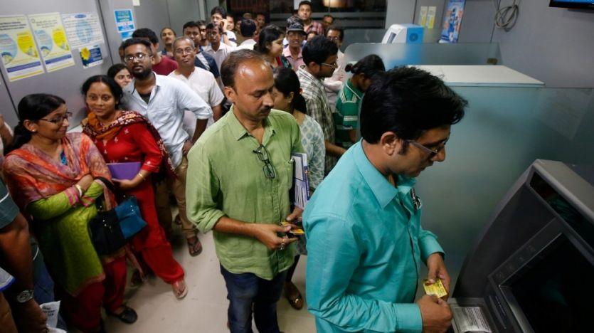 नोटबंदी: बैंक बंद एटीएम खाली फिर भी लंबी लाइन