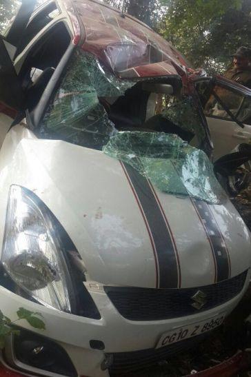 पिकनिक मनाने जा रहे युवकों की कार पेड़ से टकराई, एक की मौत चार घायल