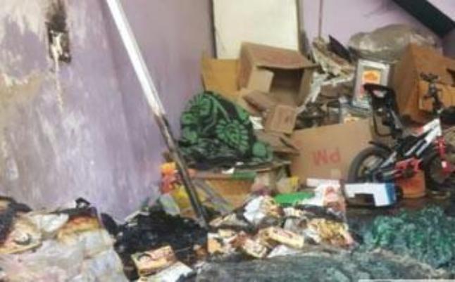 PHOTO: ऊपर की मंजिल पर सो रहा था परिवार, नीचे धूं-धूंकर जल रहा था घर