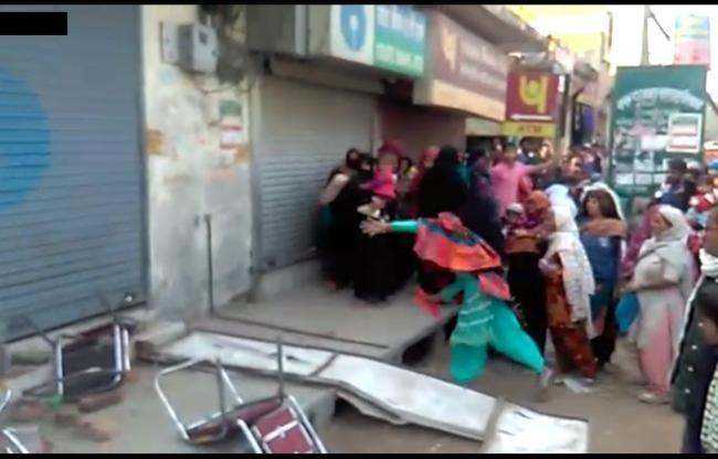 नोटबंदी: बैंक लाइन में सिपाही ने बुजुर्ग महिला को मारा डंडा