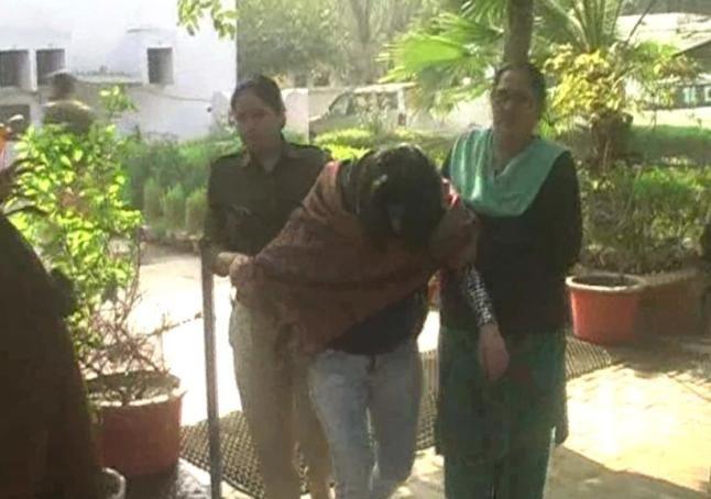 पानी की टंकी पर चढ़ी युवती, नहीं बोल पा रही हिंदी